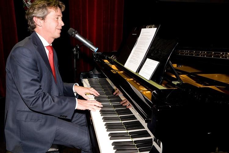 Muzikaal entertainment - zingende dagvoorzitter Gregor Bak